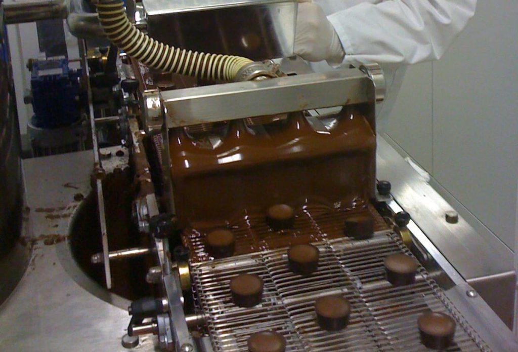 Herstellung von Pralinen im Werk der Esther Confiserie in Grafendobrach