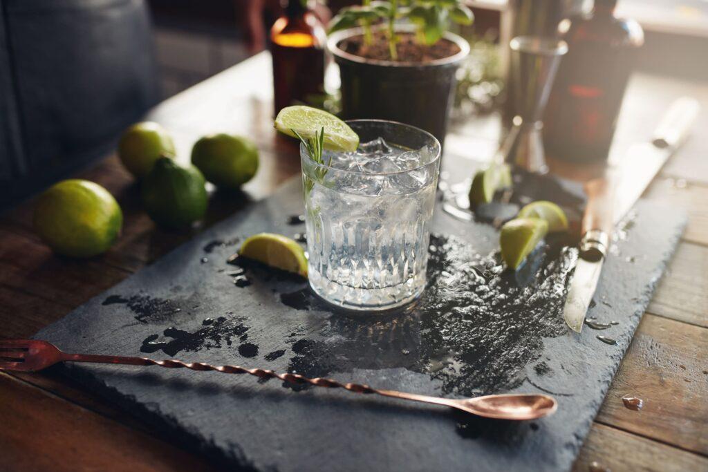 Gin Trüffel ein Highlight Produkt und ein besonderer Geschmack mit weißer Schokolade als Geschenk zu Ostern, Weihnachten, Vatertag oder Muttertag der Esther Genusswelt