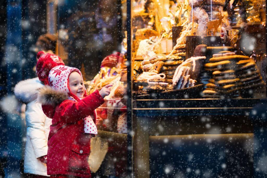 Kinderaugen an Weihnachten vor einem Süßigkeitengeschäft der Esther Genusswelt